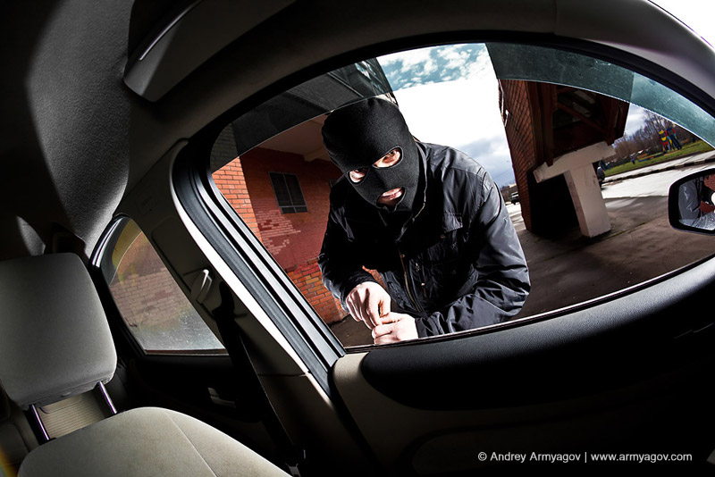 "<B><font size=""2""><a title=""Buy this photo""					href=""http://depositphotos.com/4674697/stock-photo-Robber-and-the-thief-in-a-mask-hijacks-the-car.html?ref=1000647""					target=""_blank"">купить эту фотографию</a></font></B>"
